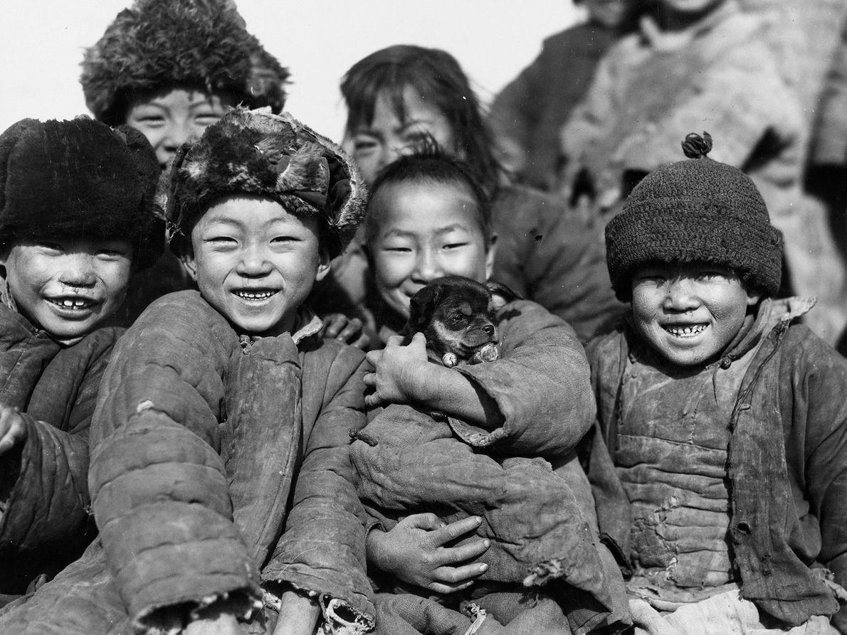 Kinder und Hund in Gansu