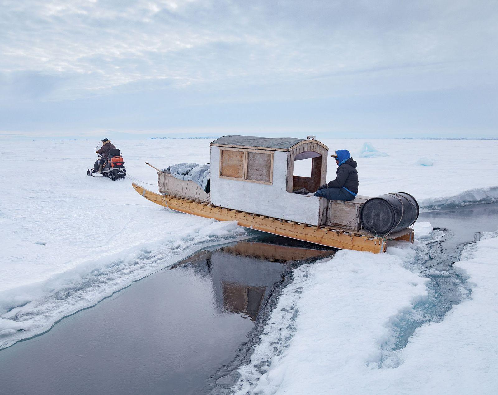 Ein Riss im Meereis: Olayuk Naqitarvik muss bei der Überquerung besonders vorsichtig vorgehen. Er zieht seinen ...