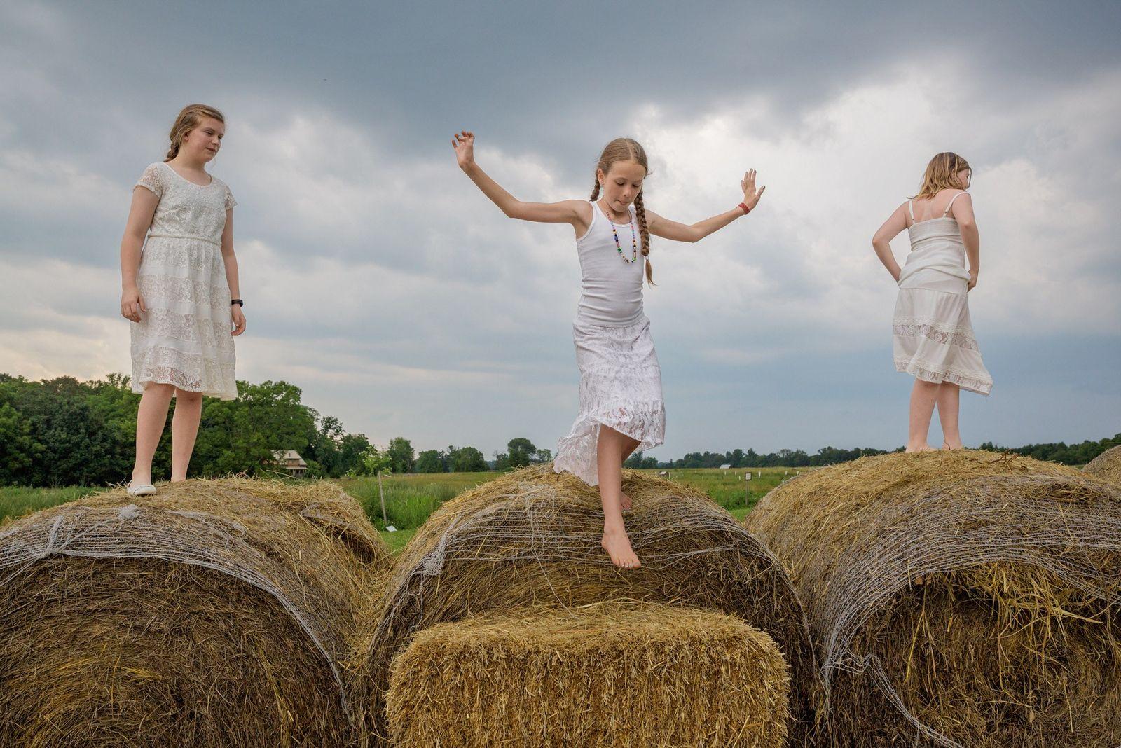 """Auf einer Farm in Kentucky spielen Emma Langley (13), Camille McCay (10) und """"Emerald"""" Shean (10) ..."""