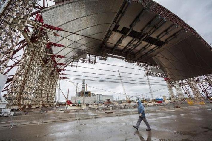 Ein internationales Ingenieurteam hat den ersten Konstruktionsschritt des schützenden Sarkophags in Tschernobyl, wo sich 1986 die ...