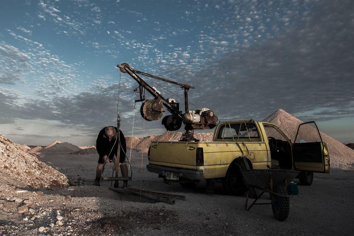 Jürgen Feldheim, ein deutscher Bergmann, bereitet sich auf den Abstieg in seinen 20 Meter tiefen Minenschacht ...