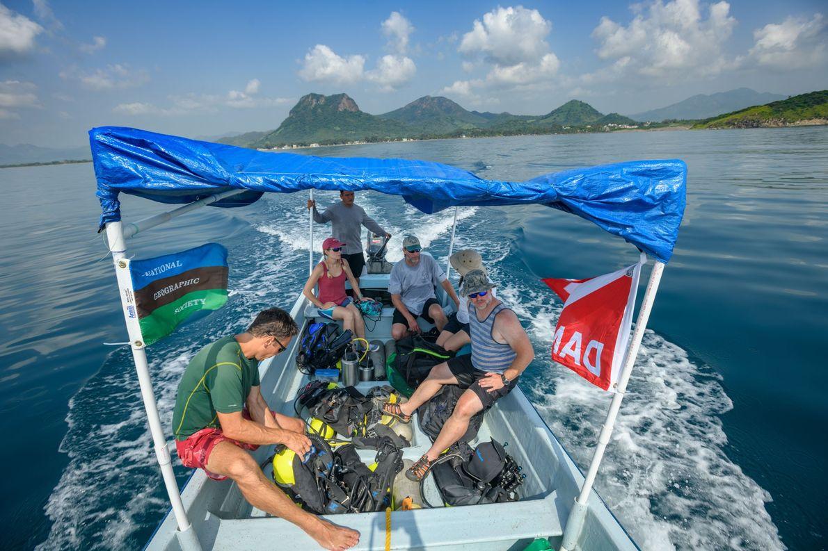 Das internationale Unterwasserarchäologenteam von The Lost Ships of Cortés fährt zu einem Tauchgang in der Nähe ...