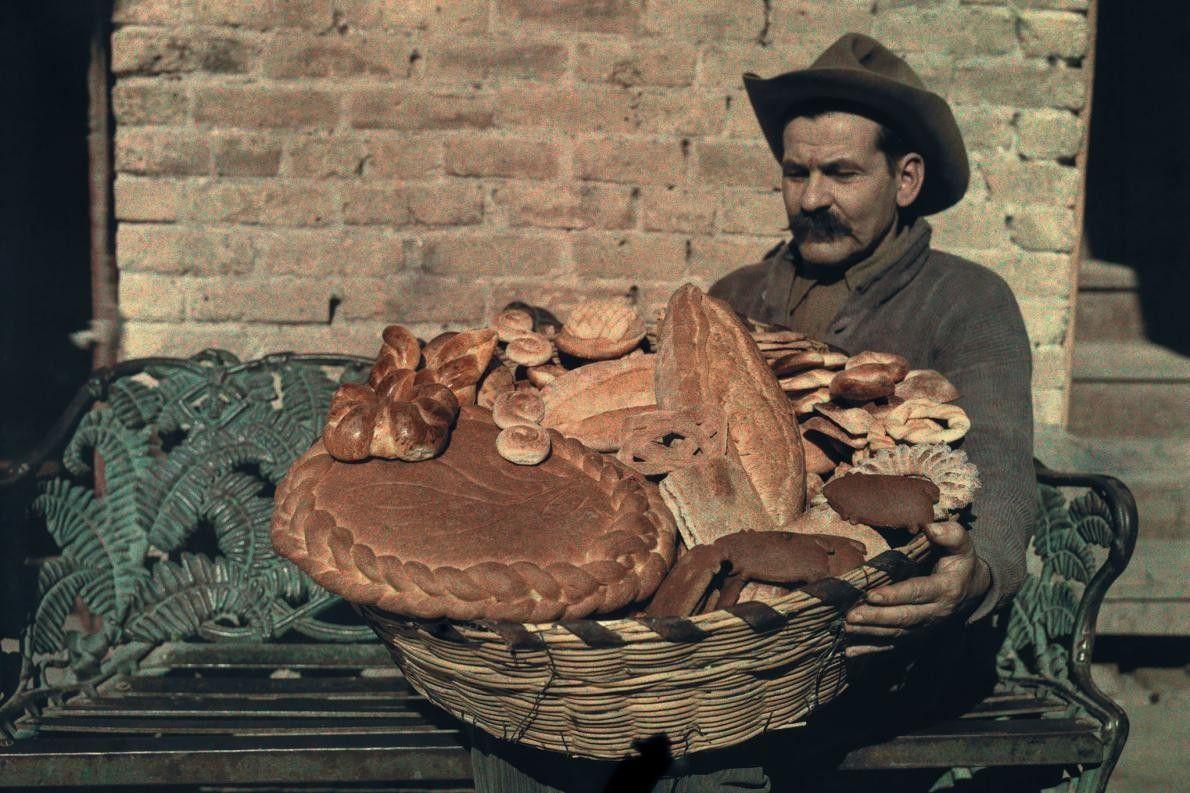 Mexikanischer Bäcker mit Brotkorb