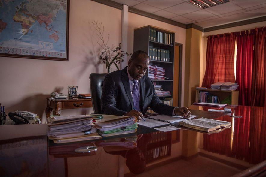 Acht Monate nach Hurrikan Maria sitzt Dominicas Premierminister Roosevelt Skerrit in seinem Büro in der Hauptstadt ...