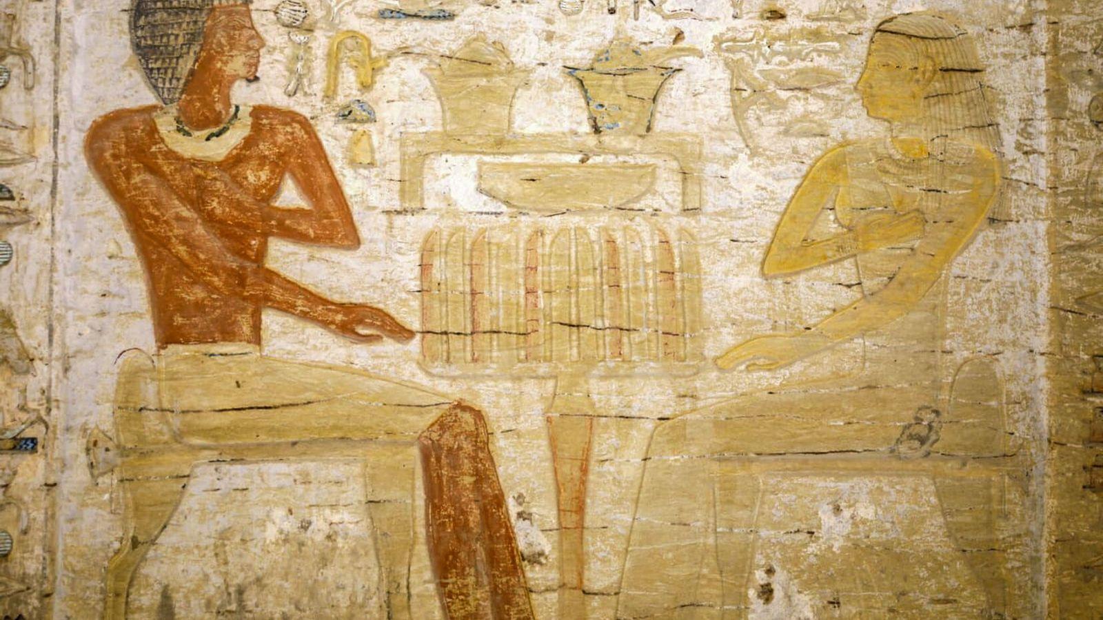 Der Verstorbene, ein Priester namens Wahtye, ist auf diesem Relief aus dem Grab zu sehen, wie ...
