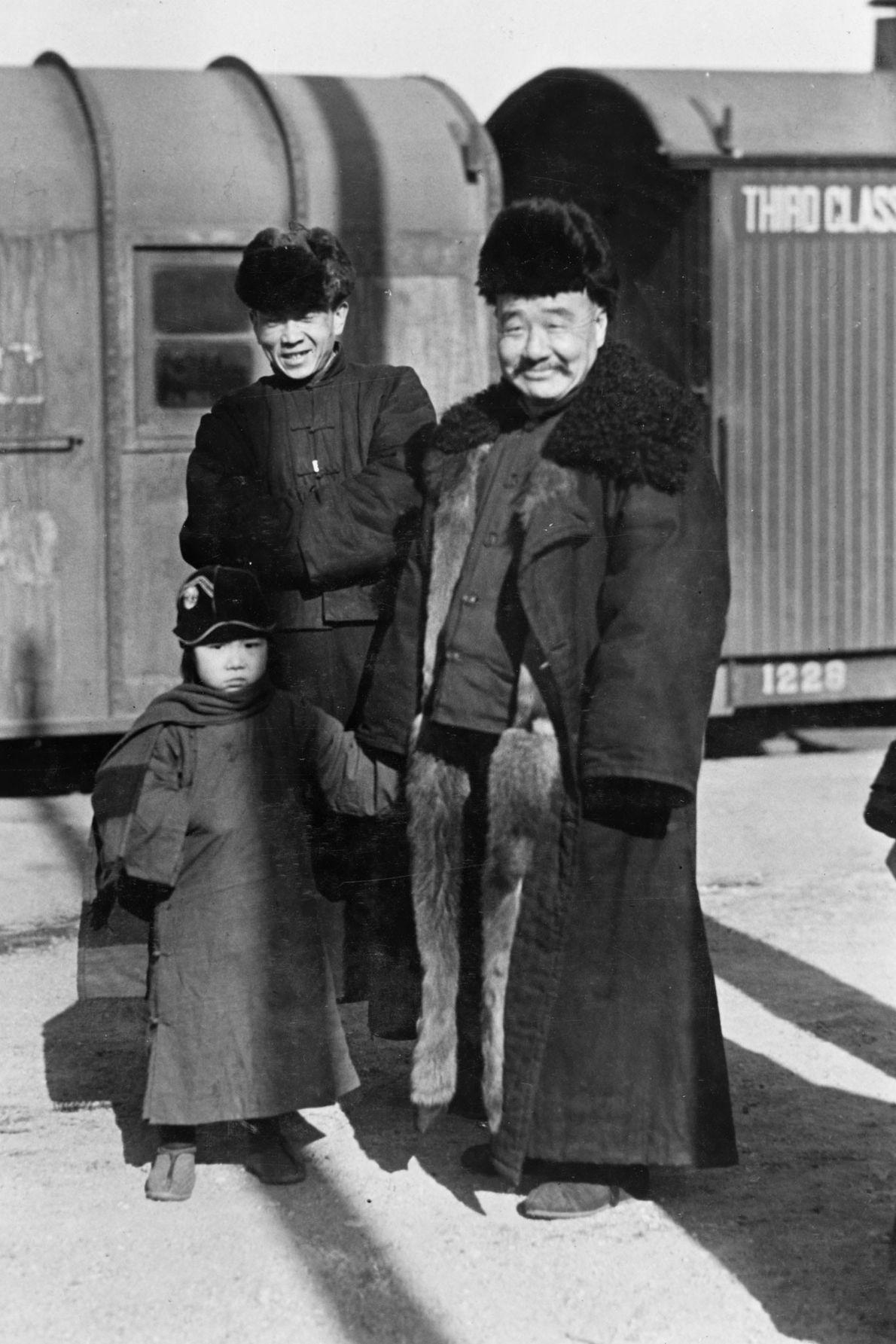 Ein Großvater lächelt für ein Foto mit seiner Enkelin in Hohhot in der Inneren Mongolei. 1932.