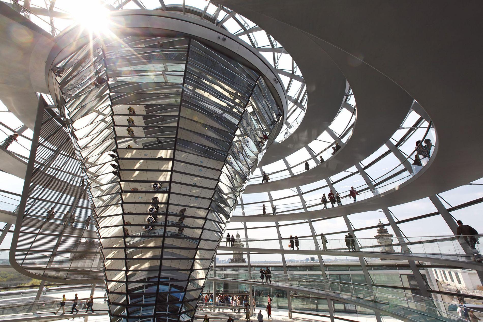 Auf dem Weg zur Glasdecke schreiten jährlich 2,5 Millionen Besucher die Spirale der modernen Glaskuppel auf ...