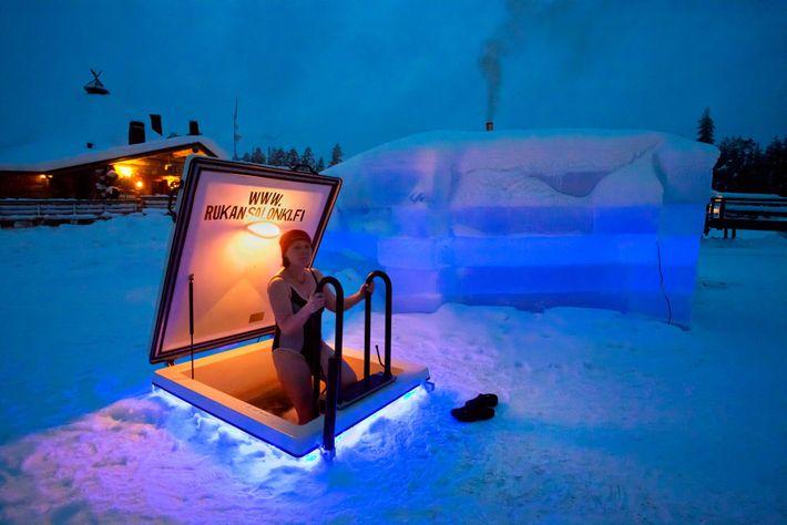 Foto einer Frau in einer Eissauna, Finnland