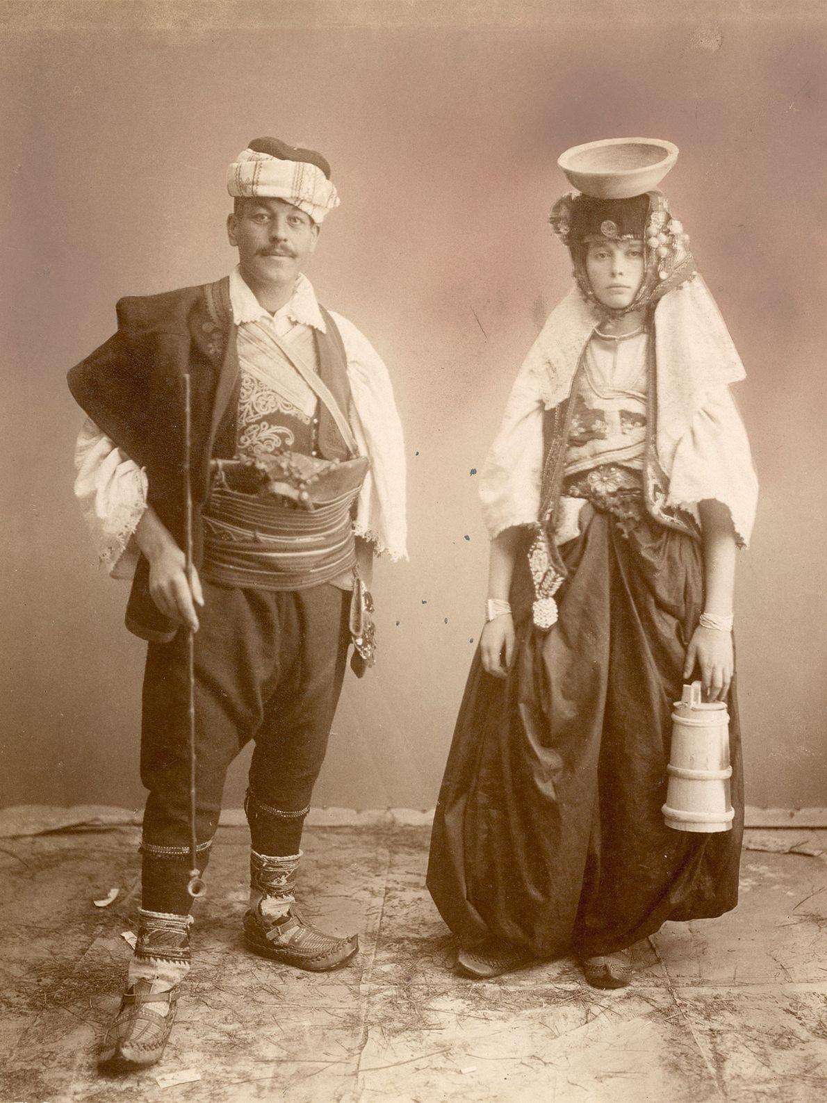 Ein junges serbisches Paar in Bosnien in eleganter, aufwändiger Gewandung, zu der auch ein schalenförmiger Hut ...