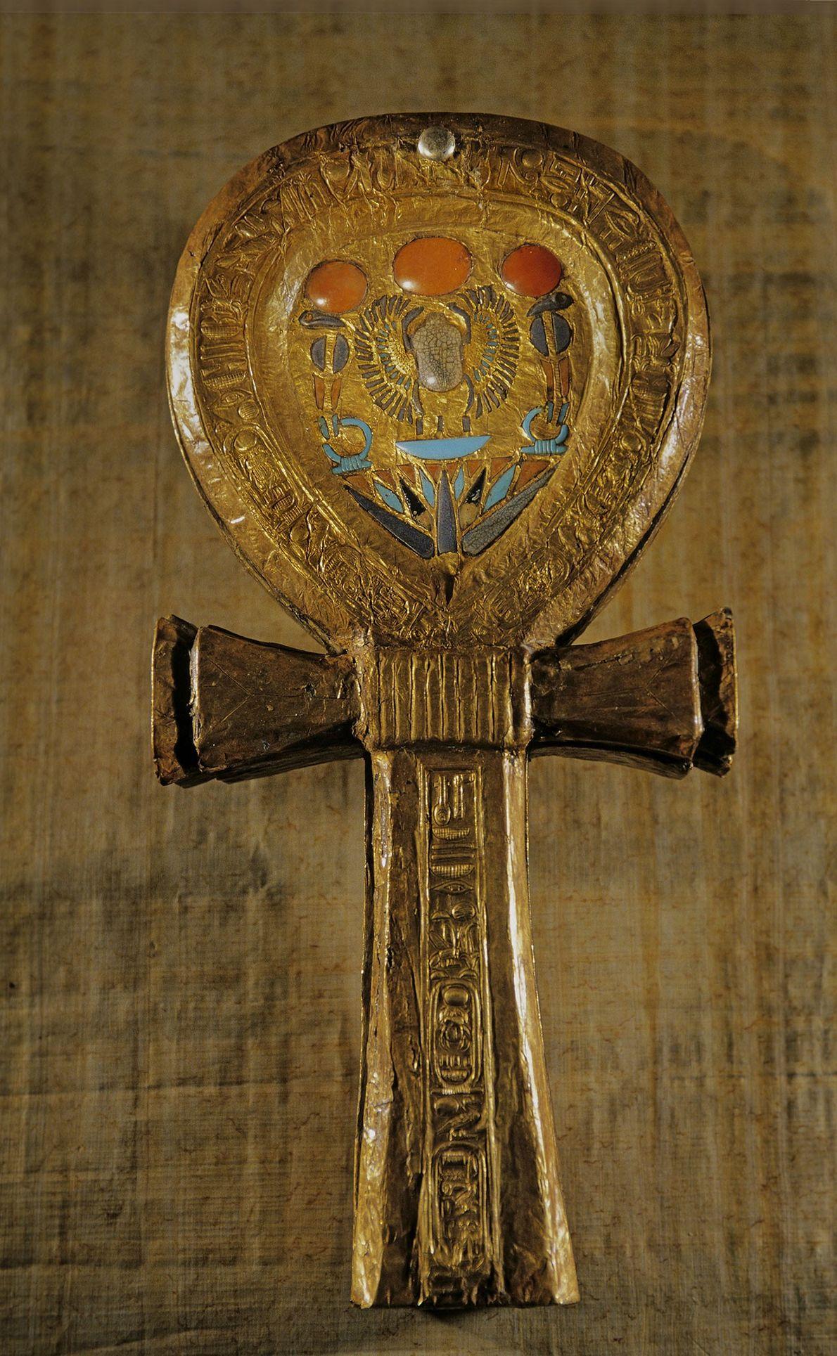 Eine Spiegeldose aus vergoldetem Holz in Form eines Ankhs zählte zu den zahlreichen Grabbeigaben in Tutanchamuns ...
