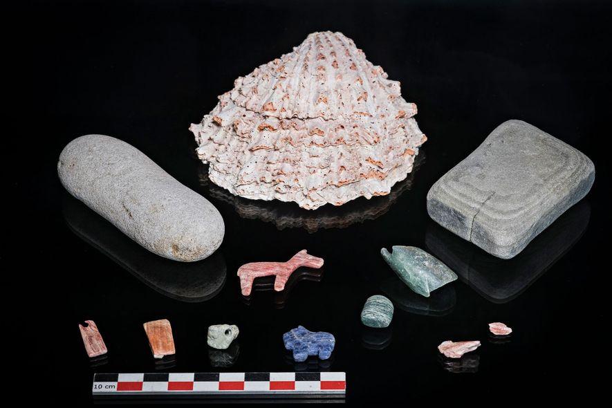 Das Gehäuse einer Stachelauster (Spondylus) galt im Tihuanaco-Reich als wertvoller Gegenstand und verdeutlicht, dass in dem See vor allem wertvolle Objekte geopfert wurden.