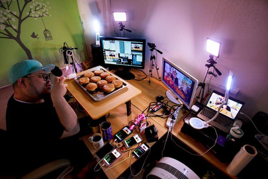 Huh Mino bereitet sich in seinem Apartment im südkoreanischen Seoul auf eine Live-Mahlzeit vor. Mino verdient ...