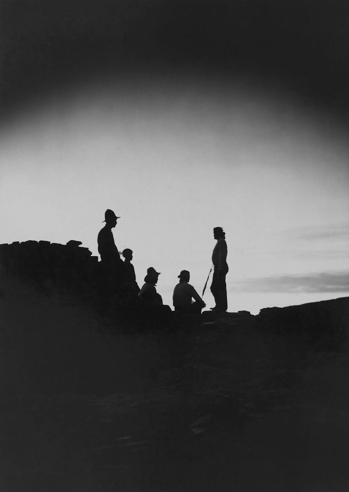 Zunis beobachten in Pueblo Bonito den Sonnenuntergang.