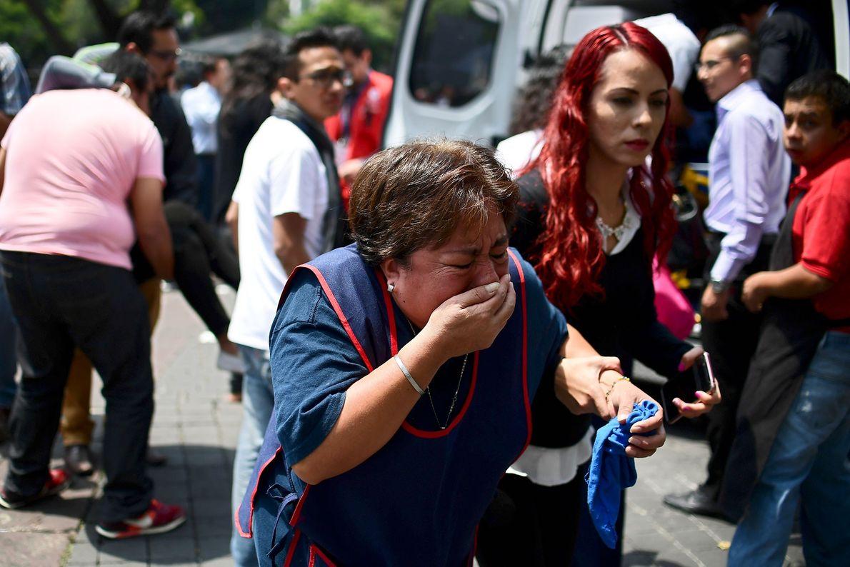 Eine Frau weint während der Panik, die sich nach dem Beben breitmachte. Berichten zufolge konnte man ...