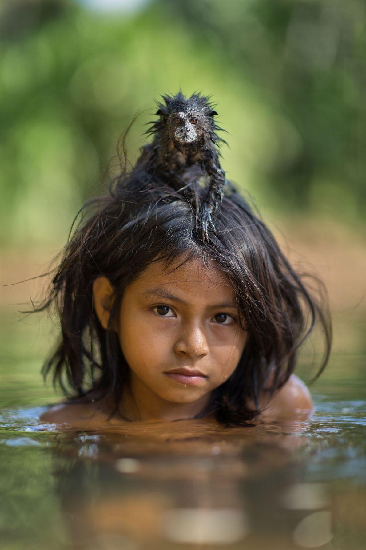 Yoina mit ihrem Braunrückentamarin. Nationalpark Manú, Peru