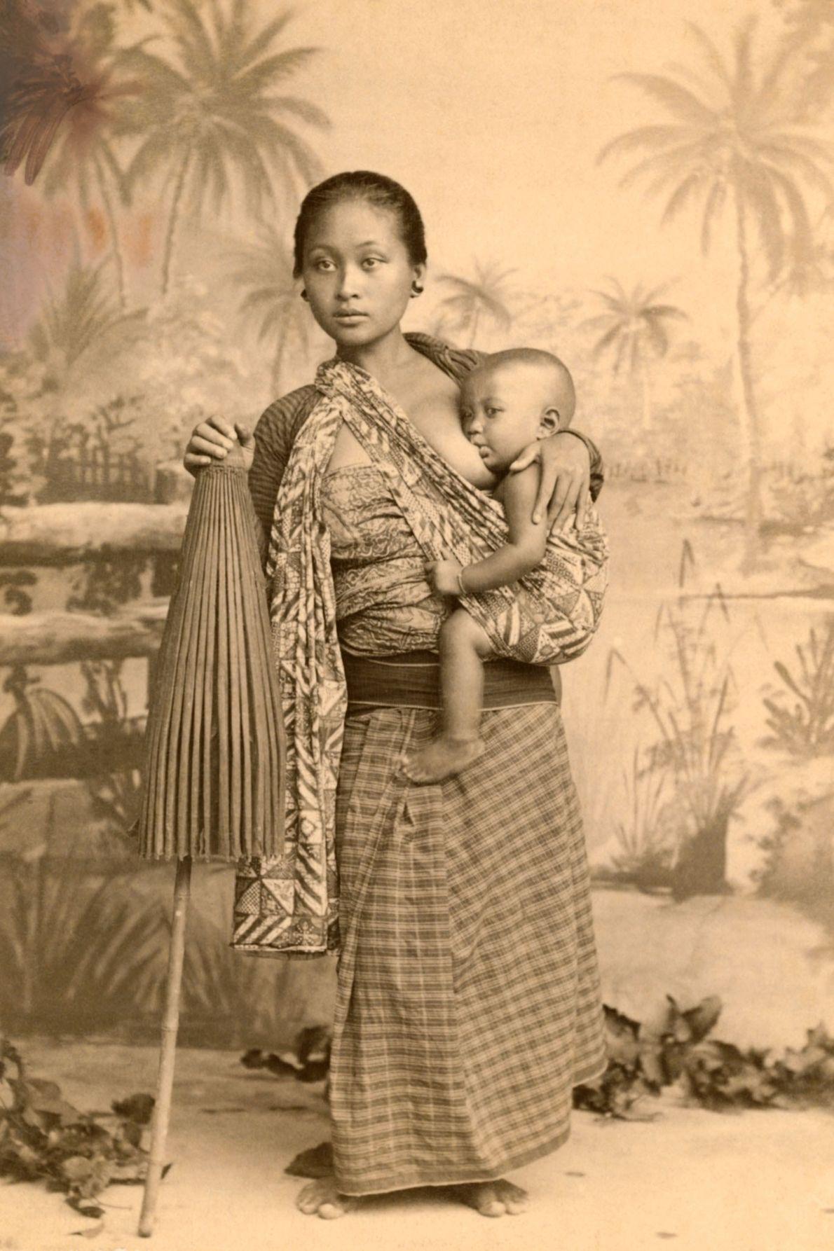 Eine Mutter stillt ihr Kind auf Java, Indonesien.