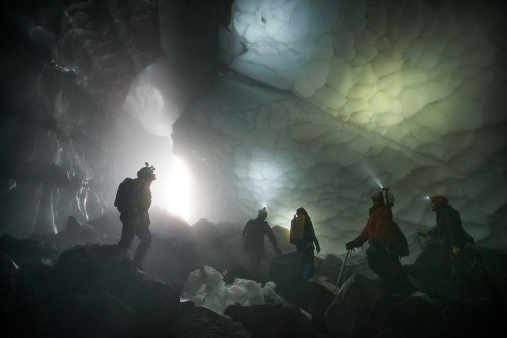 Das Forscherteam lässt sich die ungeahnte Weite der Crevasse Cave auf sich wirken.