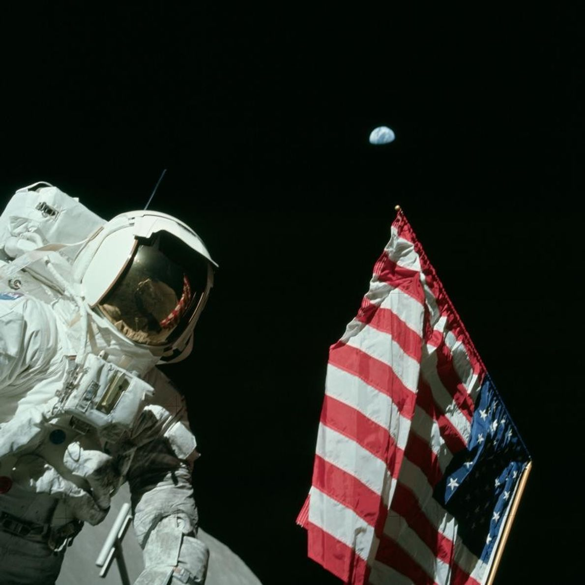 Harrison Schmitt neben der Flagge der USA