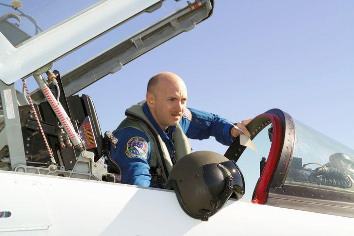Mark Kelly bereitet sich 2006 im Johnson Space Center der NASA auf einen Flug in einem ...