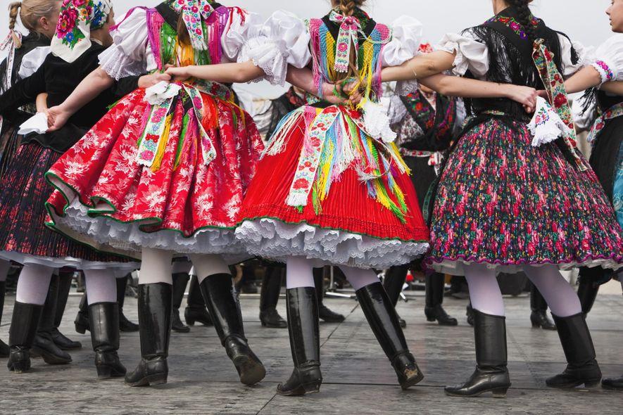 Die zum Weltkulturerbe der UNESCO gehörende Gemeinde Hollókő in Ungarn begeht das Osterfest mit einer Messe, ...