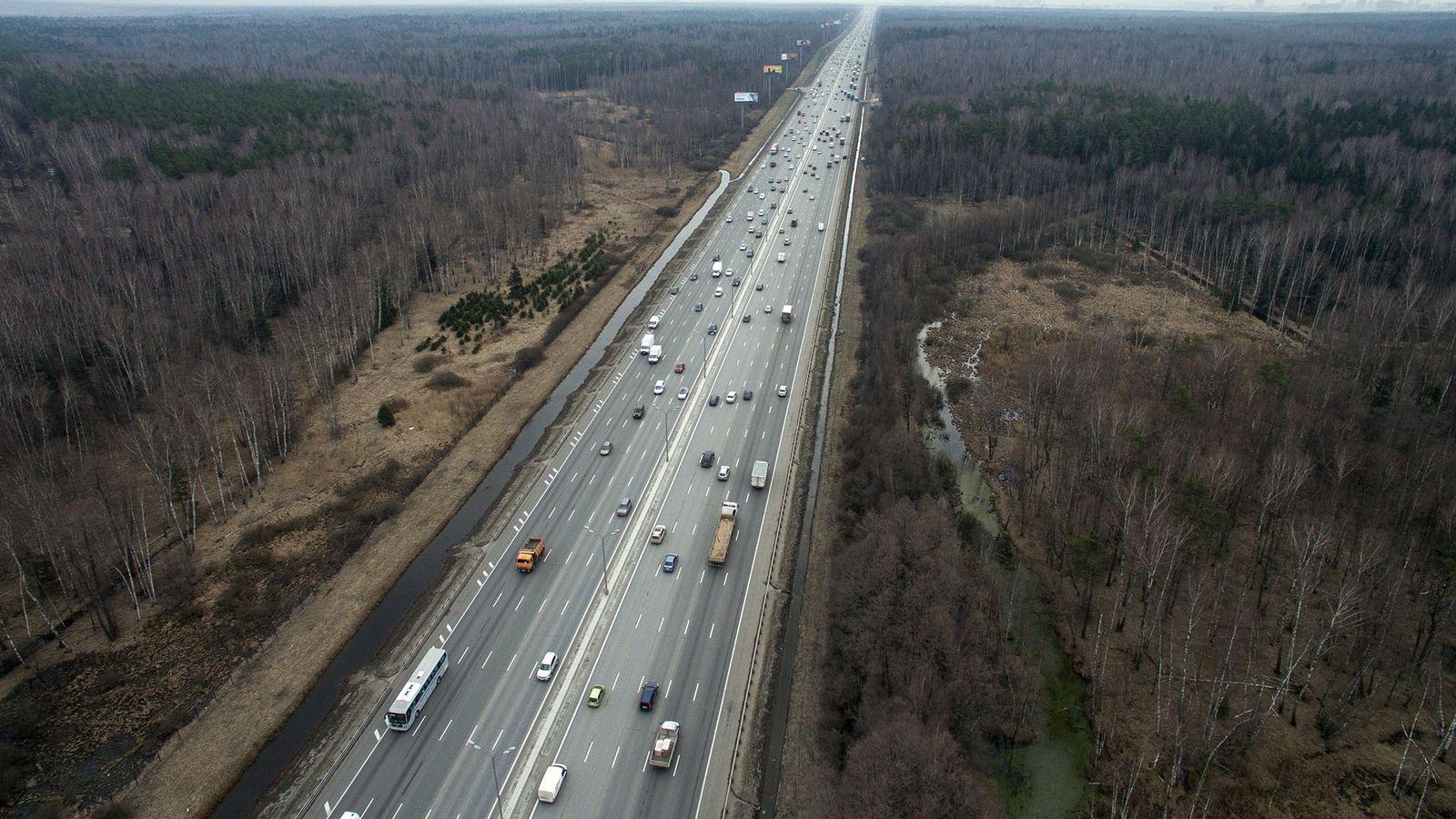Ein Blick auf die A113, den Zentralen Autobahnring Moskaus, der durch den Nationalpark Lossiny Ostrow verläuft.