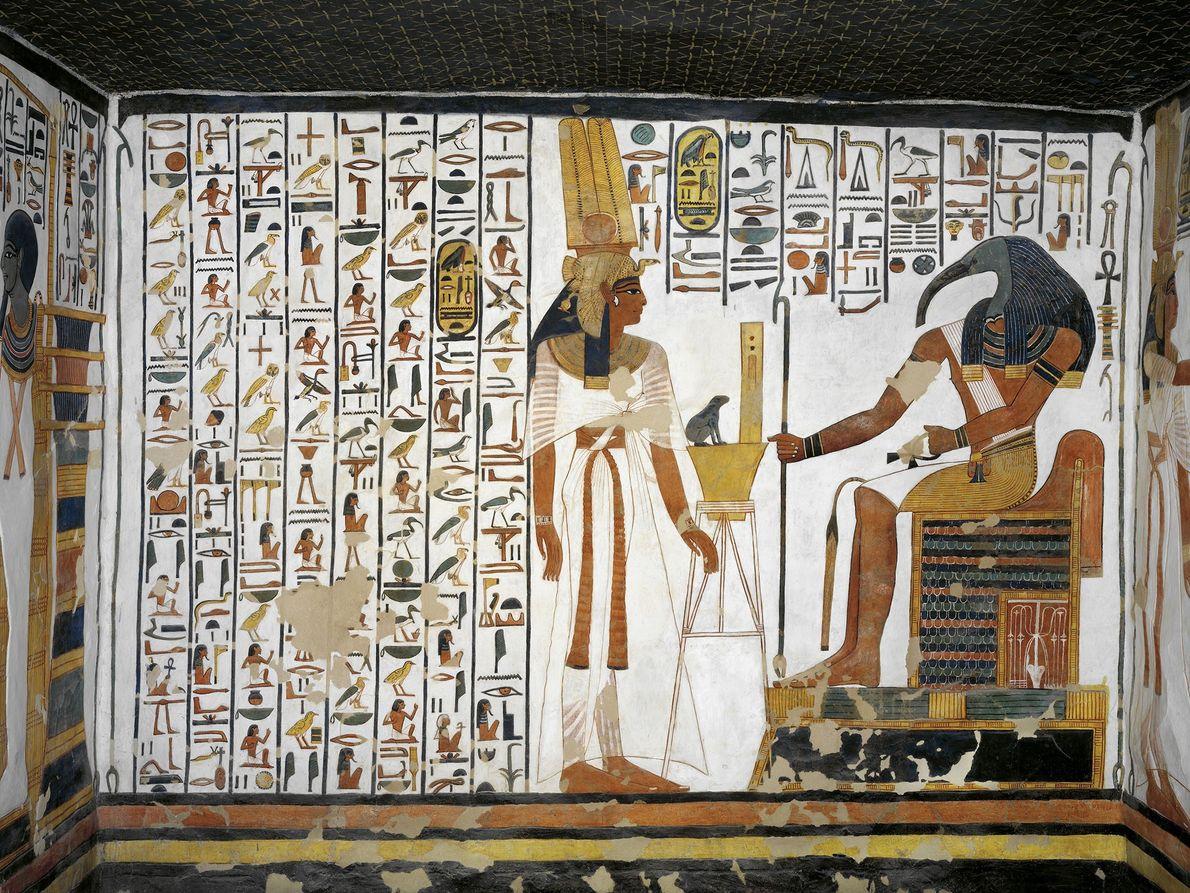 Dieses Wandbild aus dem Grab Nefertaris zeigt die Königin, wie sie dem ägyptischen Gott der Weisheit ...