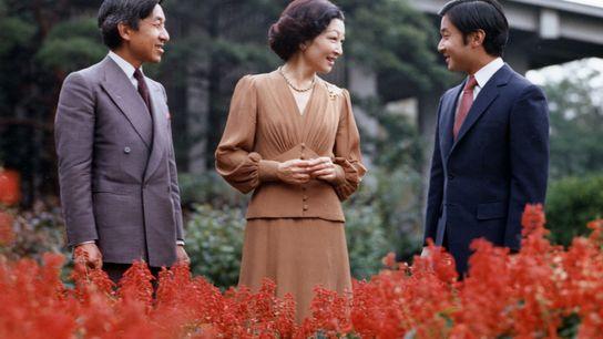 Kaiser Akihito (links) posiert 1981 mit seiner Frau, der Kaiserin Michiko, und seinem Sohn und Kronprinzen ...