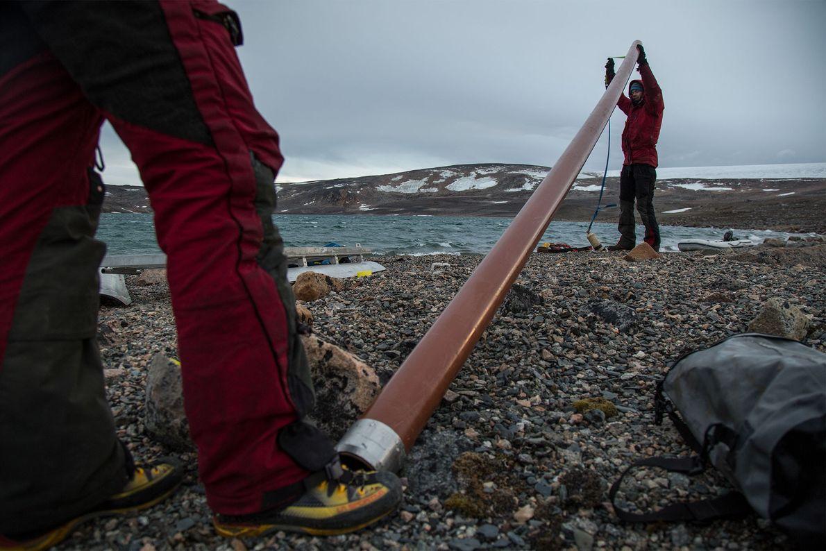 Eine Gruppe von Wissenschaftlern bereitet ein Rohr für eine Kernbohrung in den Ablagerungen am Ufer des ...