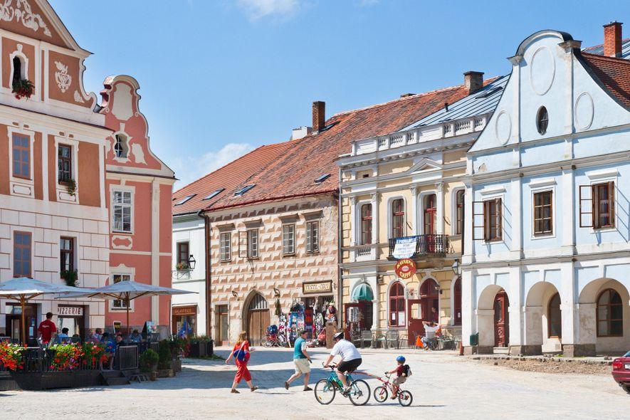 Der Marktplatz in der Innenstadt des tschechischen Telč ist von pastellfarbenen Renaissance- und Barockhäusern umrahmt.