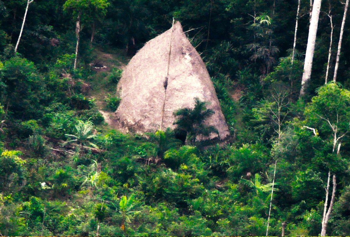 Ein Langhaus – Maloca genannt – der Flecheiros. Die Drohnenaufnahme wurde 2017 im Rahmen einer FUNAI-Expedition ...
