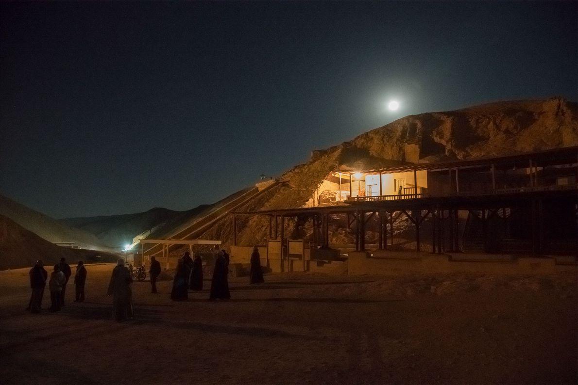 Arbeiter versammeln sich nachts vor einem Verwaltungsgebäude in der Nähe von Tutanchamuns Grab. Alle Radarscans wurden ...