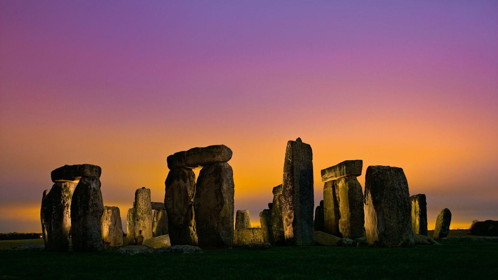 Stonehenge, das vor etwa 4.600 Jahren fertiggestellt wurde, ist möglicherweise zum Teil aus Bestandteilen älterer megalithischer ...