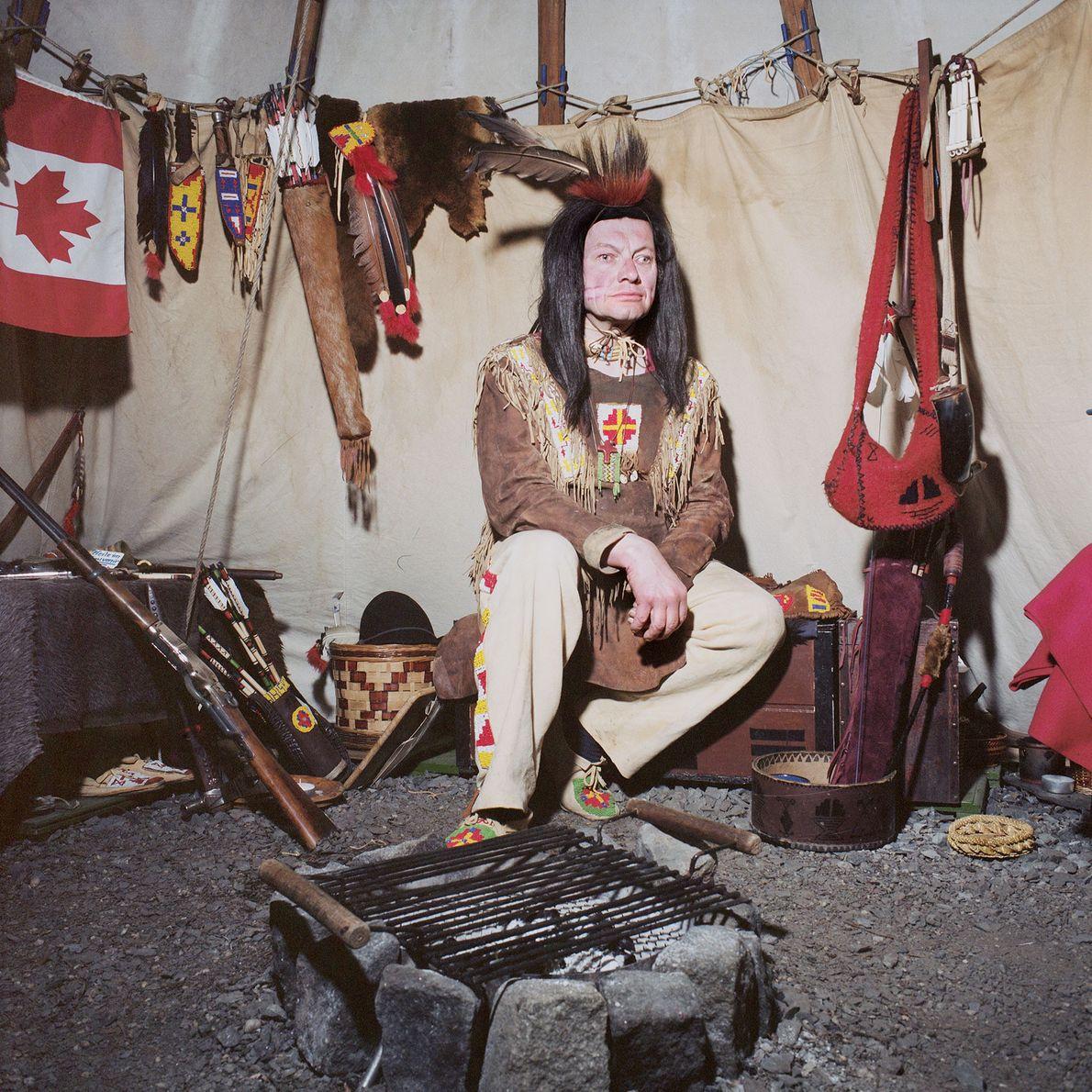 Als amerikanischer Ureinwohner verkleideter Mensch