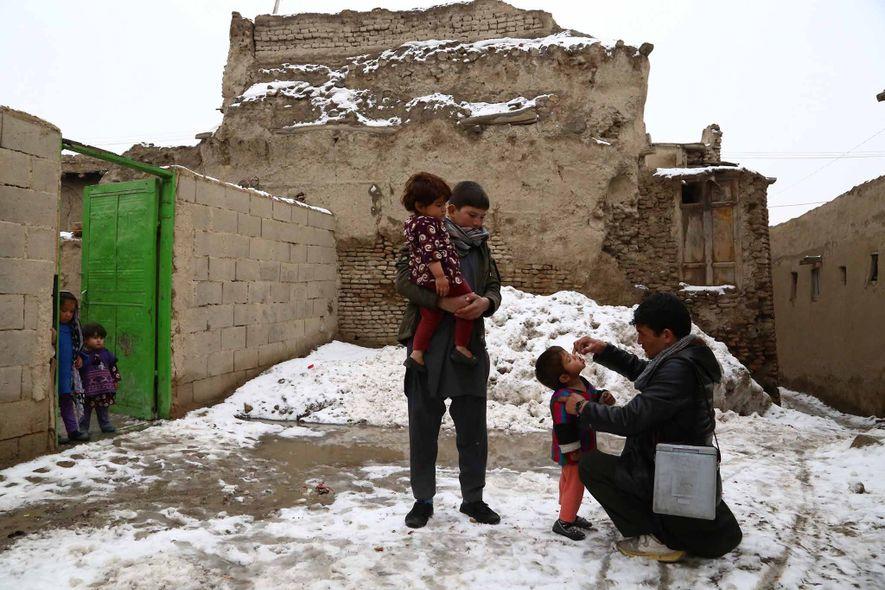 Ein Gesundheitsmitarbeiter verabreicht einem Kind in Afghanistan eine Schluckimpfung gegen Polio. Anfang 2017 gab es in ...
