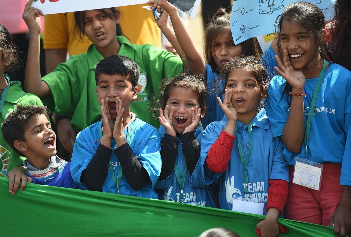 In Neu-Delhi stimmen Schüler auf einem Klimastreik einen Sprechchor an.