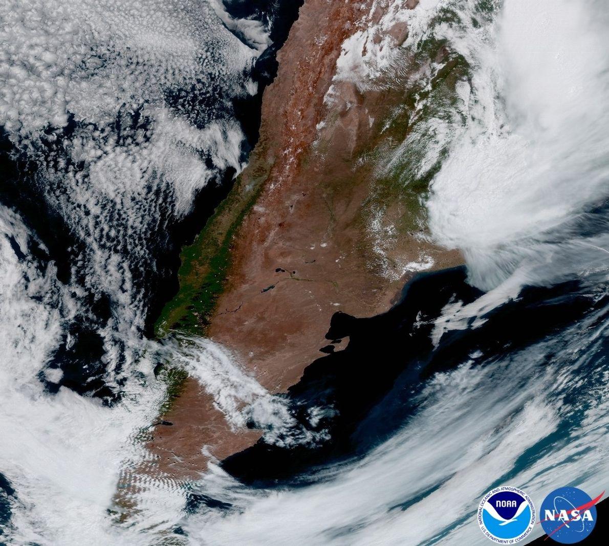 GIPFELWOLKEN: Argentinien ist im Nordosten mit Stürmen, im Südwesten mit durch Gebirge geformten Wolken bedeckt, wie …