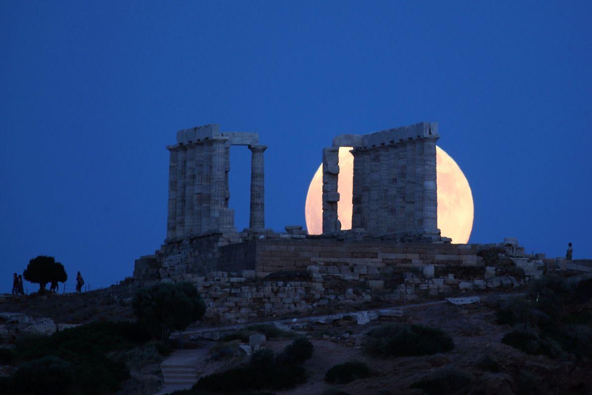 Kurz vor der Mondfinsternis am 27. Juli geht der Vollmond hinter dem Poseidontempel am Kap Sounion ...