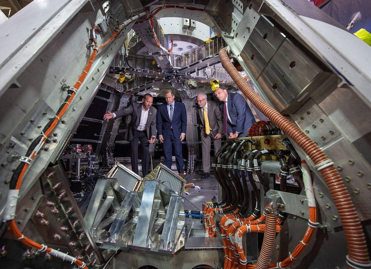 NASA-Direktor Jim Bridenstine (2. v.l.) besichtigt einen Prototypen von Orion, einer Langstrecken-Weltraumkapsel der NASA. Das Raumschiff ...