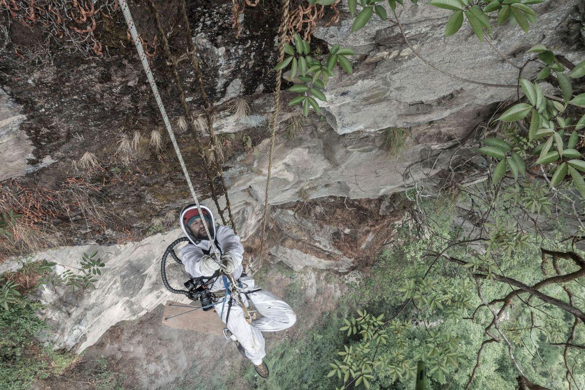 Nach der Honigernte klettert Renan Ozturk am Seil wieder die Klippe hinauf.