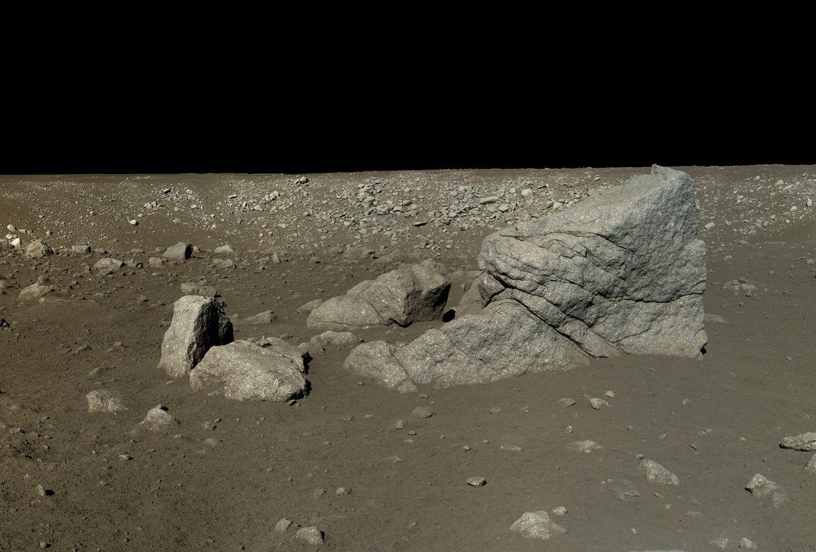 Bild einer pyramidenförmigen Gesteinsformation auf dem Mond