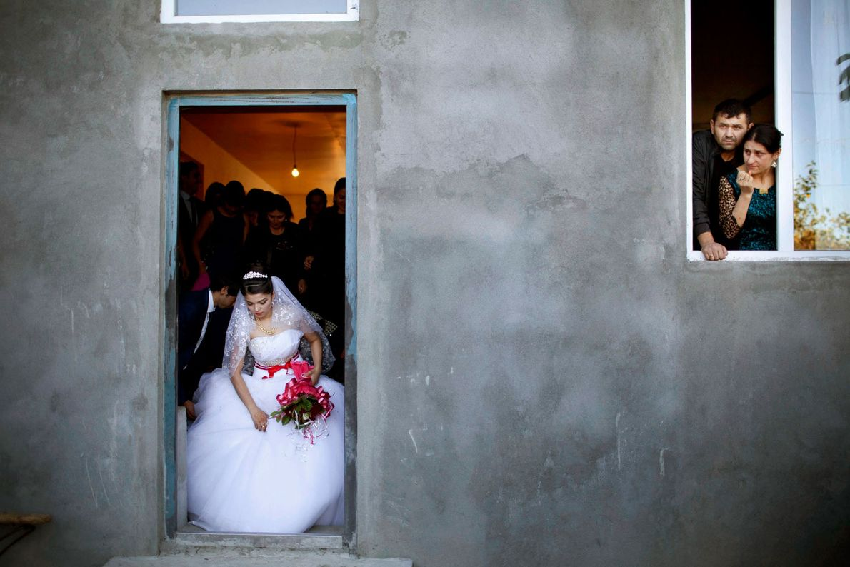 Eine jugendliche Braut verlässt ihr Haus, um an ihrer Hochzeitszeremonie teilzunehmen