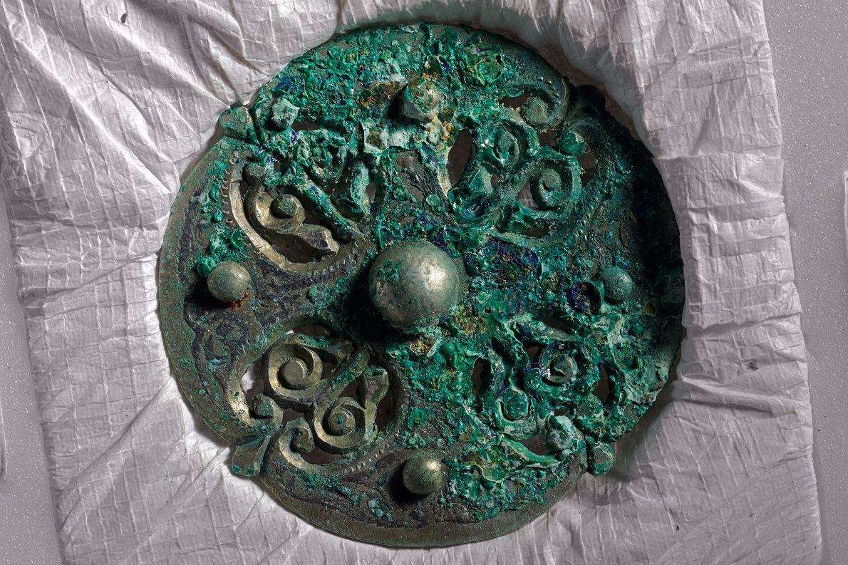 Diese angelsächsische Fibel wurde in Stoff oder Leder geschlagen und zusammen mit anderen Kostbarkeiten in ein ...