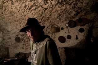 Eric, ein Einwanderer aus Deutschland, lebt seit 1998 in den Höhlen von Sacromonte. Er verdient sich ...