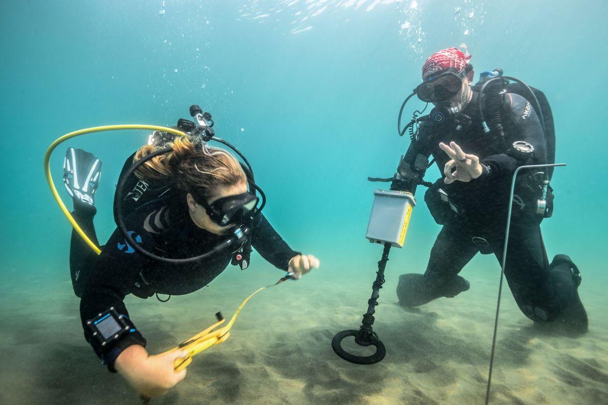 Archäologen des Projekts machen sich bereit, den Meeresboden mit einem Magnetometer abzusuchen. Dieses Gerät kann vergrabene ...