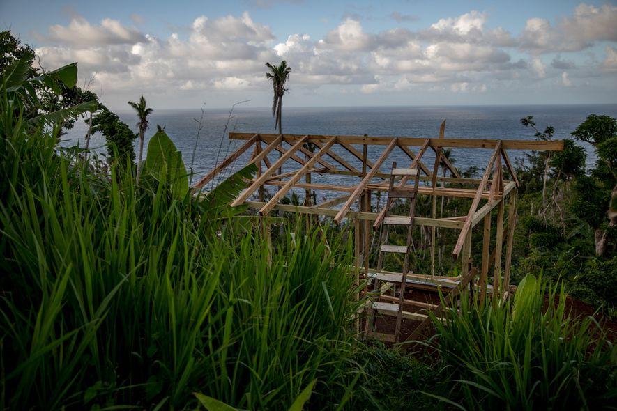 Acht Monate nach Hurrikan Maria wird ein Haus im Gebiet Kalinago gebaut, wo die letzten Ureinwohner ...