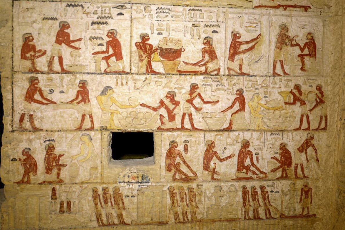 Die bemalten Reliefs an den Wänden des Grabes zeigen wie hier auch Szenen, in denen Arbeiter ...