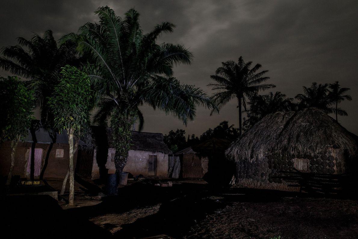 """Schon 20 Uhr ist das Dorf Gbekandji wie verlassen, sagt Maitre. """"Die Menschen bleiben aus Angst ..."""