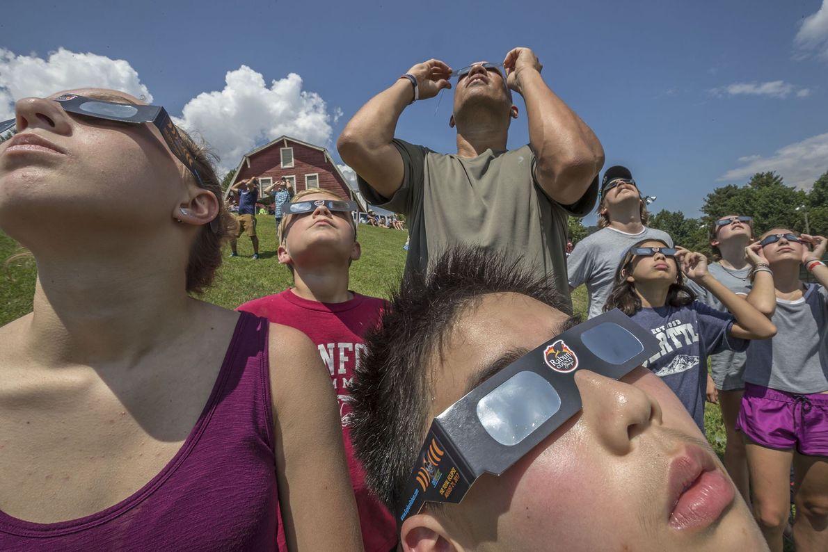 Menschen versammeln sich in Dillard, Georgia, um die Sonnenfinsternis zu beobachten.