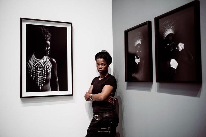 Zanele Muholi nutzt ihre Selbstporträts, um die politische Geschichte Südafrikas zu erzählen.