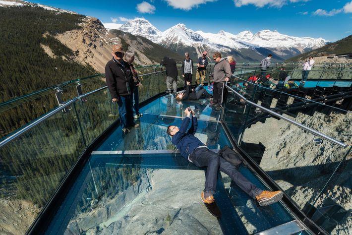 Foto von Besuchern des Glacier Sky Walk, Banff Nationalpark